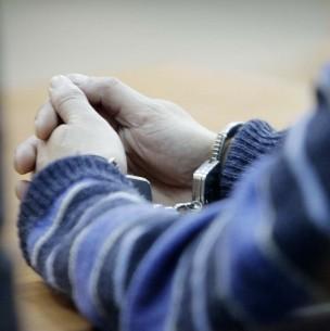 Condenan a 20 años de cárcel a hombre que violó a hijas de su expareja