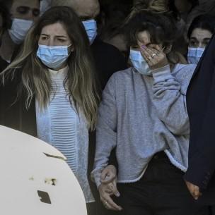 Hijas mayores de Maradona evitan abrazar a Cristina Fernández durante velatorio del exfutbolista