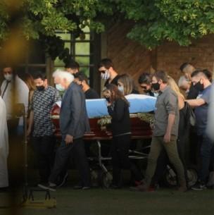 En ceremonia íntima y rodeado por su familia: Diego Maradona fue sepultado junto a sus padres