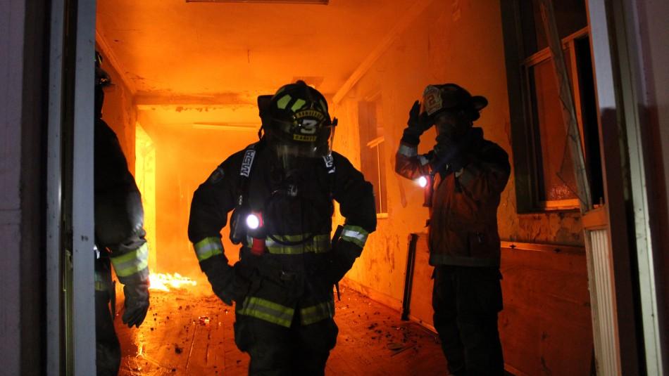 Adulto mayor resulta con quemaduras tras incendio en edificio de Santiago Centro