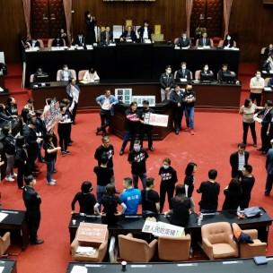 La oposición taiwanesa lanza vísceras de cerdo en plena sesión del Parlamento