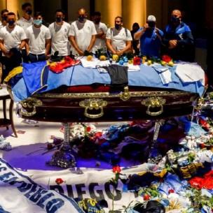 Empleado de funeraria que se fotografió con cadáver de Maradona se entregó a la policía