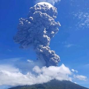 Volcán Lewotolo hace erupción en Indonesia y genera impresionante columna de cenizas