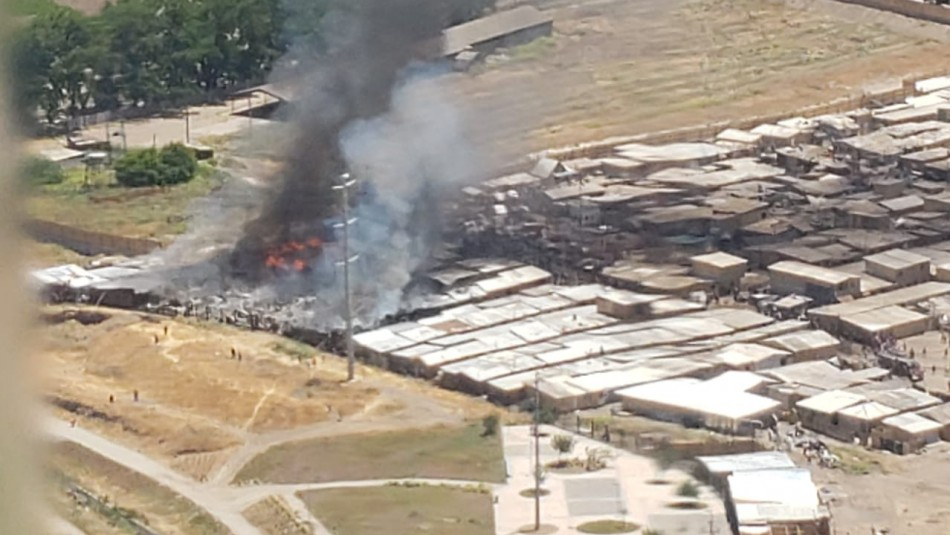 Incendio consumió al menos 60 casas en campamento de Cerro Navia