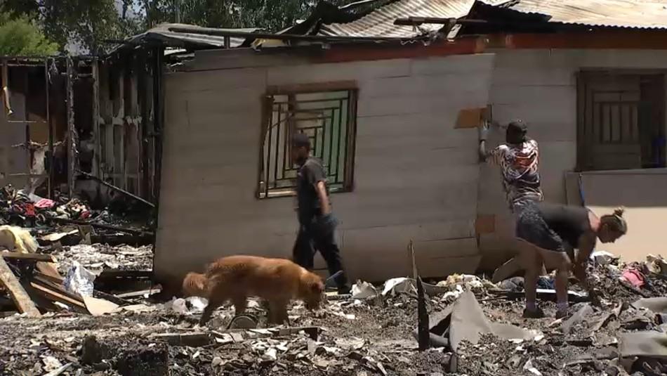 El drama de los damnificados por el incendio en Cerro Navia que buscan levantar sus viviendas