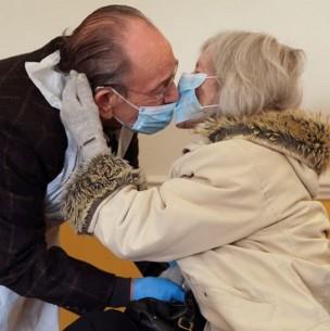 El emotivo reencuentro de pareja de abuelitos tras meses separados por la pandemia
