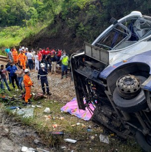 Al menos 14 muertos al caer un autobús a un barranco en el sureste de Brasil