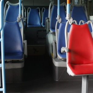 Padre dejó encerrado toda la noche a su hijo de 7 años en un bus: Se fue a beber con un amigo