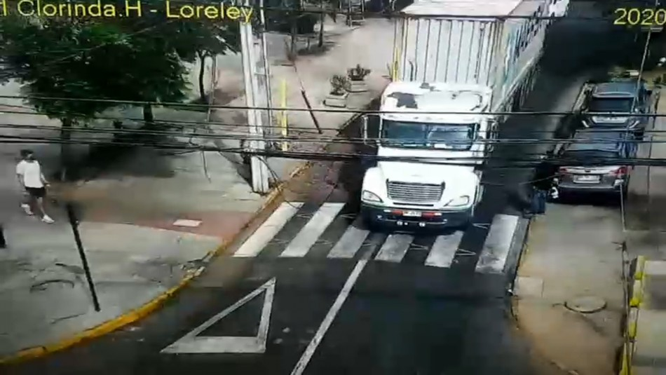 Camión derriba 7 postes y deja a 40 hogares sin luz en La Reina