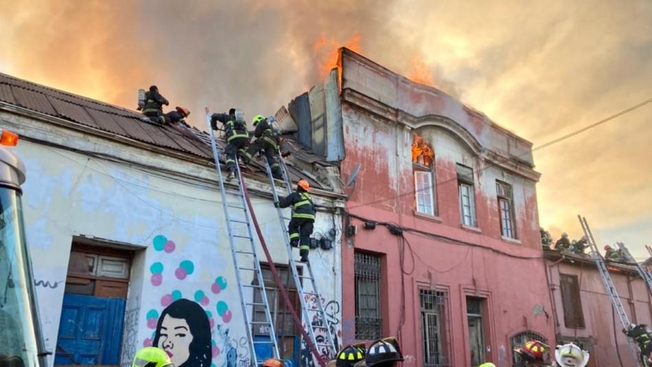 Incendio estructural se desarrolla en el centro de Santiago: Hay peligro de propagación