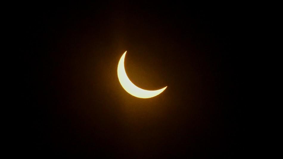 Emoción en Chile por eclipse total de Sol pese al mal tiempo en el sur del país