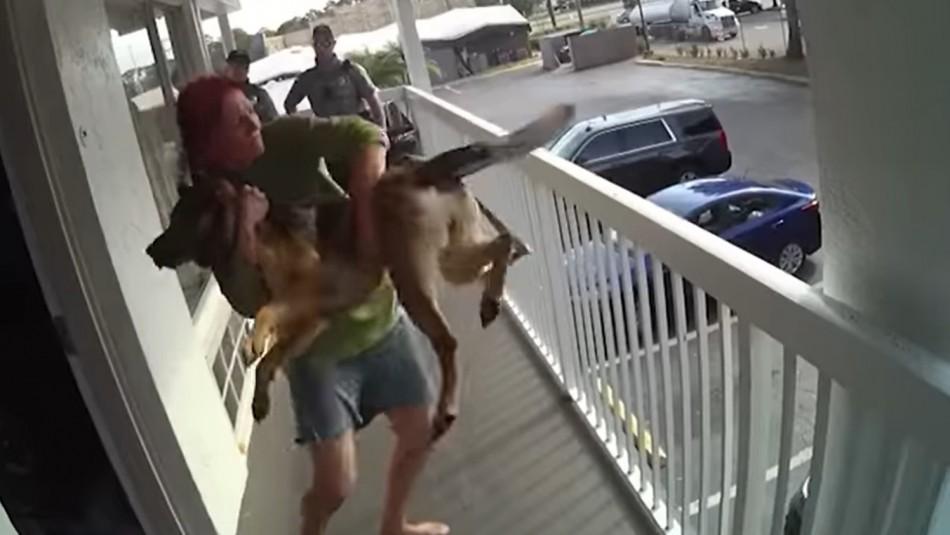 Mujer lanza a su perro desde un segundo piso durante detención policial