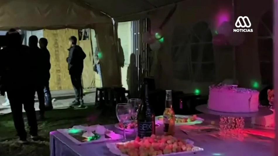 Hasta con DJ incluido: Sorprenden masivo cumpleaños en Santiago centro