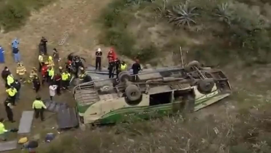 Autobús cae a un abismo de 120 metros de profundidad y deja seis muertos en Ecuador