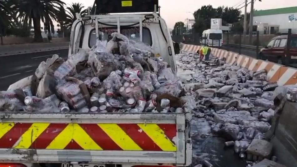 Camión deja caer cientos de latas de cerveza e interrumpe tránsito en autopista Vespucio Norte