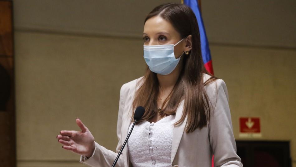 Camila Flores pide pagar el Bono Covid-19 a Carabineros y FF.AA.