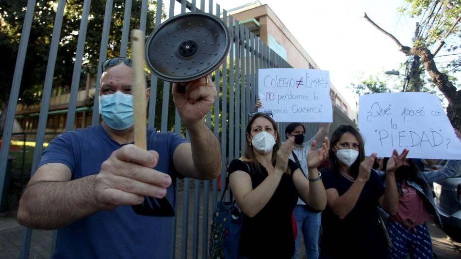 Protesta en colegio de Ñuñoa: Acusan cancelación de matrículas por no pago y despidos