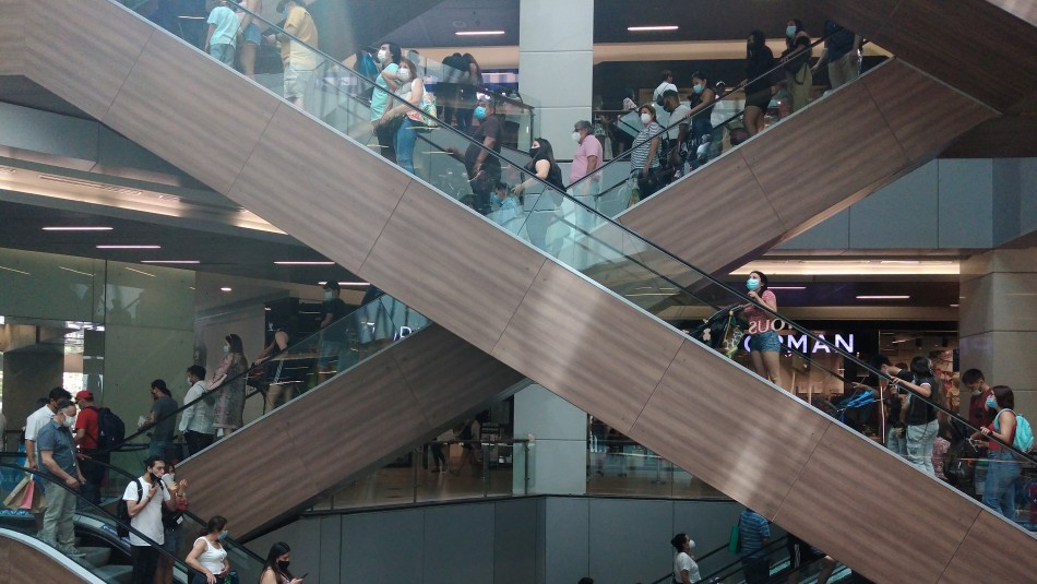 Abren sumario sanitario contra mall Costanera Center tras aglomeraciones