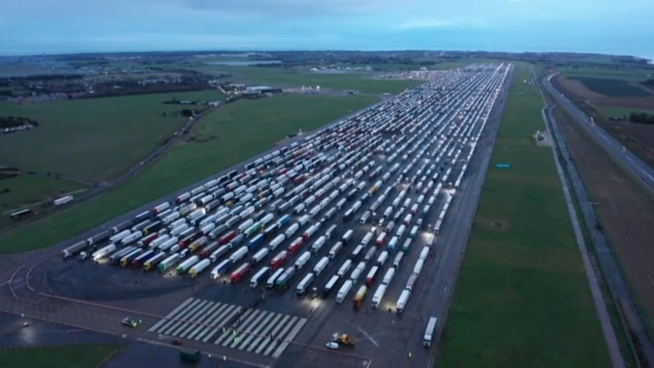 Cientos de camiones quedan varados en el Reino Unido por cierre de fronteras