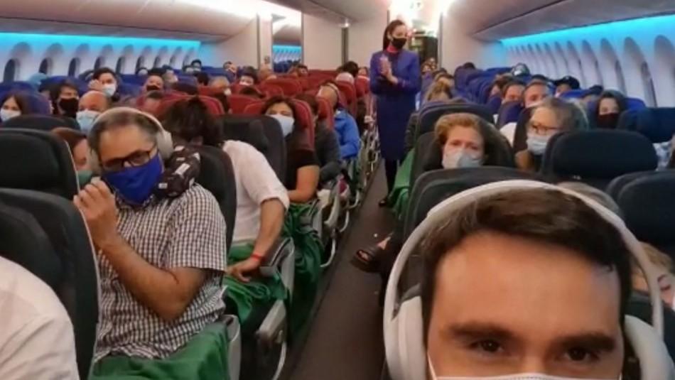 Pasajeros reaccionan tras enterarse que venían en el vuelo que traía las vacunas a Chile