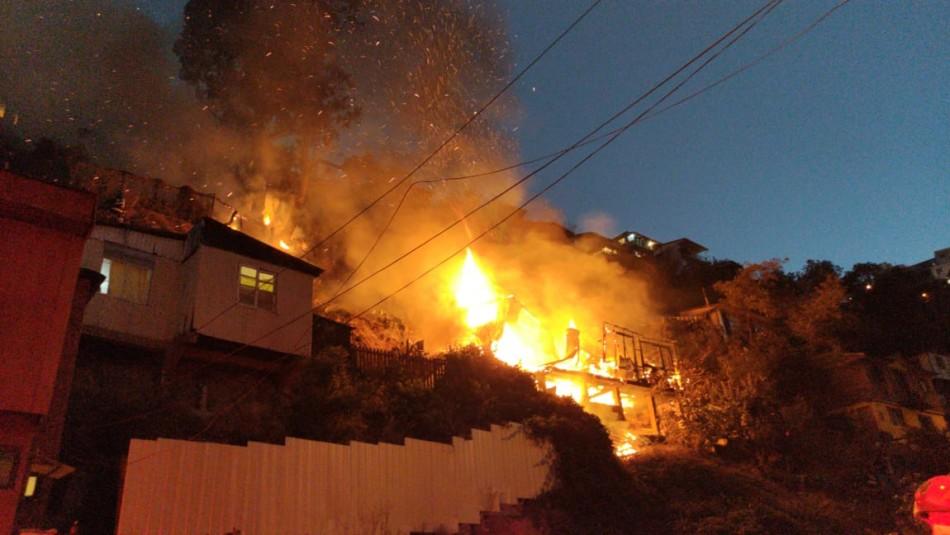 Incendio en Valparaíso deja a vivienda completamente en llamas y amenaza con propagarse