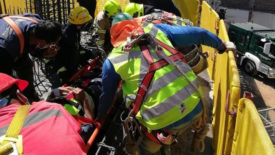 Bomberos logra rescatar a trabajador atrapado en Ñuñoa.
