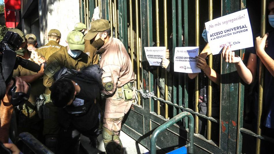 9 detenidos en desalojo del Mineduc por protesta contra la Prueba de Transición