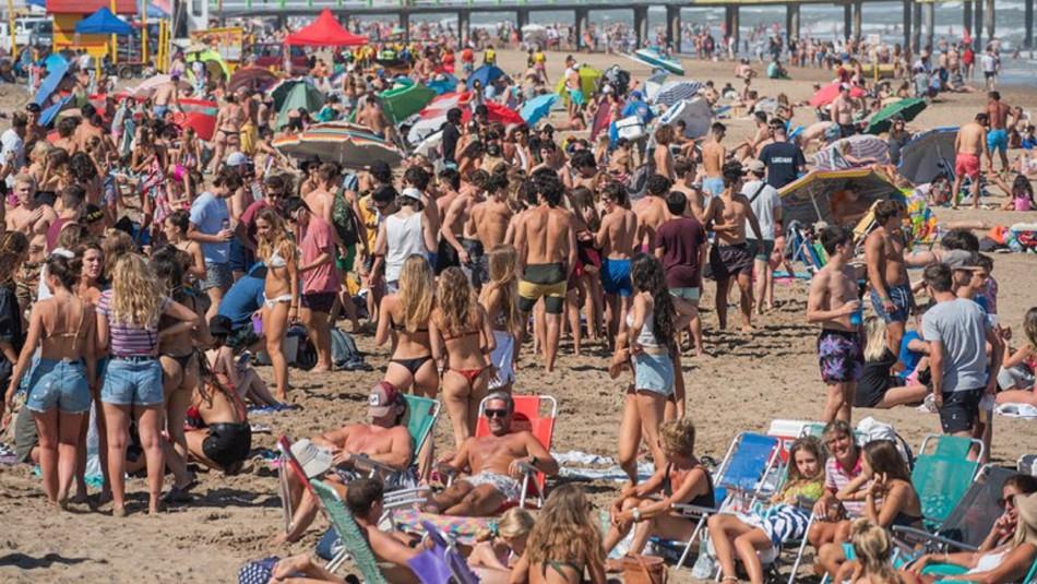 Alcohol, música y sin mascarilla: Jóvenes repletan playa argentina en plena pandemia