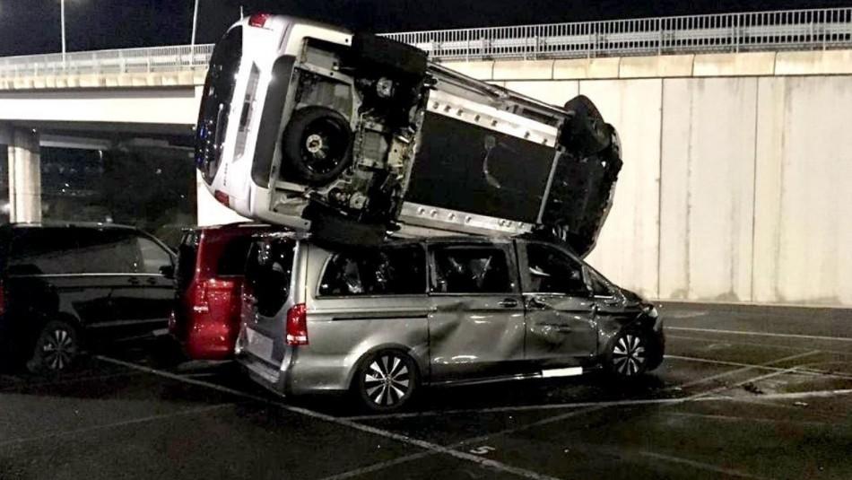 Molesto extrabajador roba una retroexcavadora y destruye 50 autos Mercedes Benz