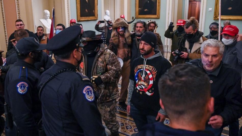 Video muestra a manifestantes ingresando al Capitolio y encarando a los policías