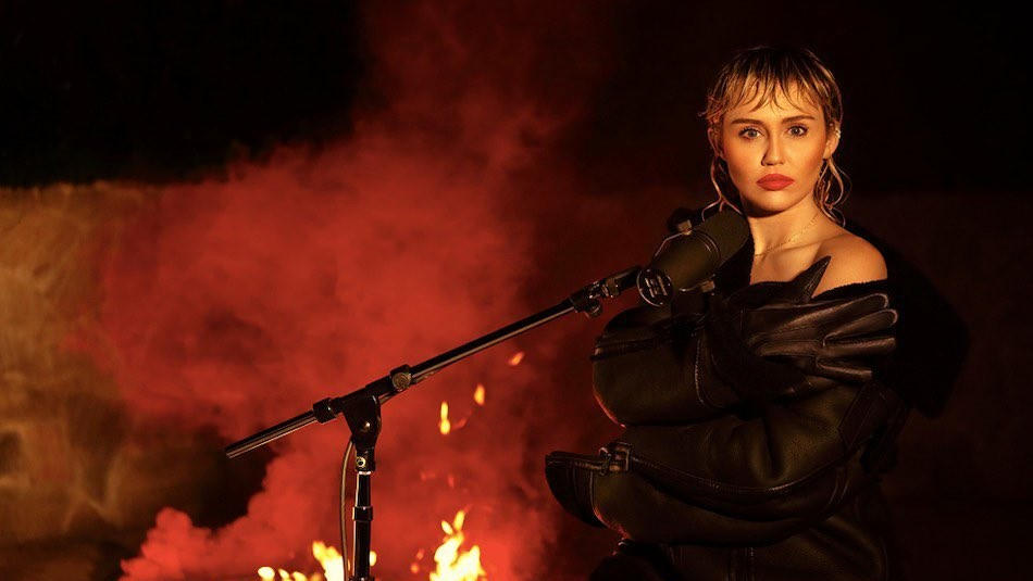 Con Elton John incluido: Miley Cyrus revela detalles de su disco de covers de Metallica