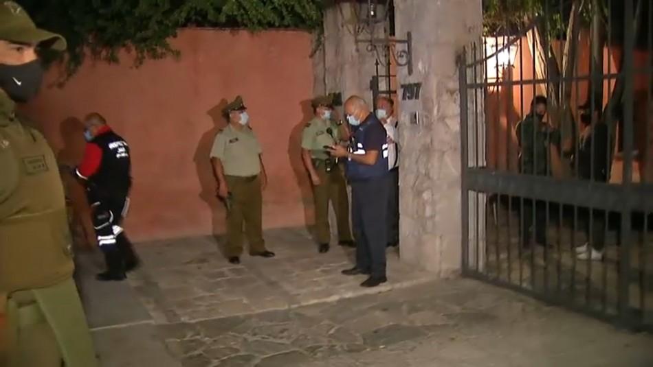 Denuncian supuesta fiesta clandestina en Las Condes donde habrían participado 150 personas