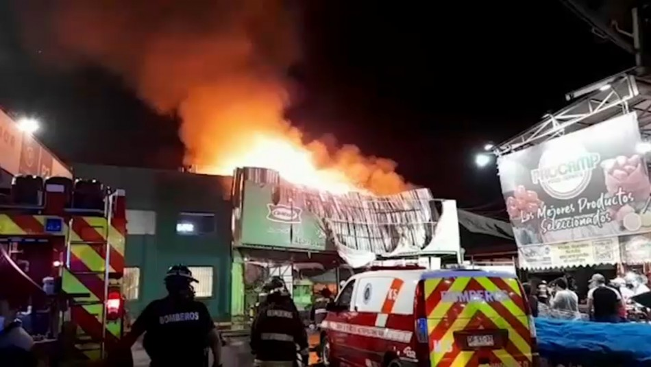Violento incendio afecta a locales comerciales de feria Lo Valledor