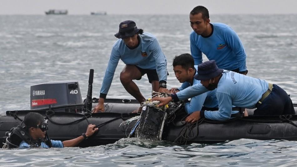 Hallan partes de cuerpos después de que desapareciera avión con 62 personas en Indonesia