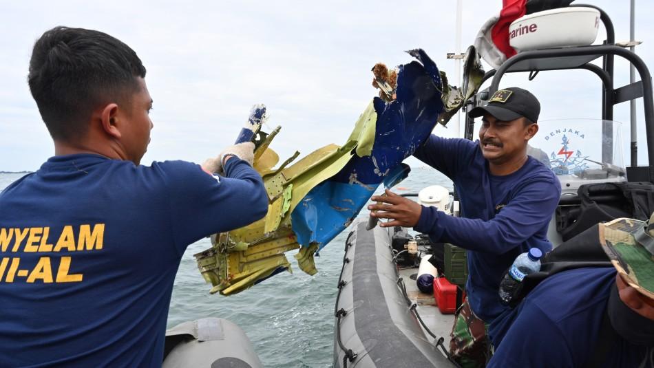 Recuperan restos humanos y partes del fuselaje del avión que cayó en Indonesia