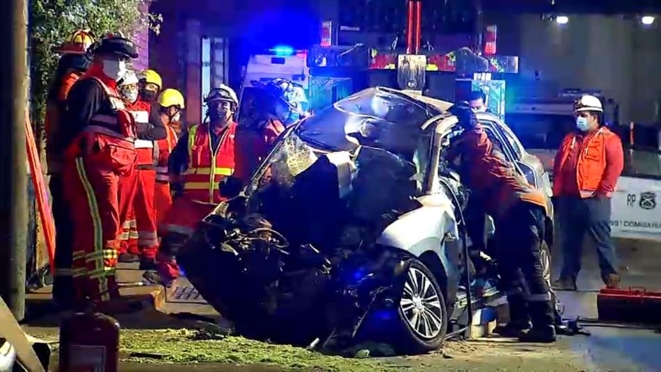 Choque a alta velocidad: mujer fallece y auto queda completamente destruido en Costanera Norte