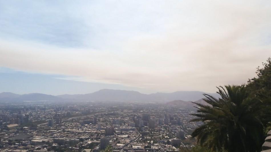 Humo de incendio forestal de Quilpué llega a los cielos de Santiago