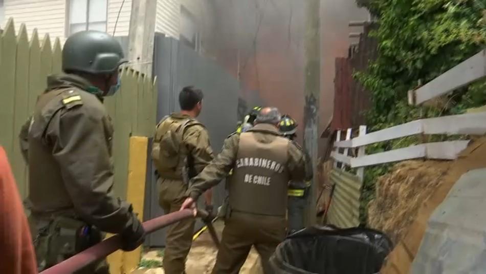 Gran incendio en Valparaíso afecta a al menos 6 casas: Bomberos trabaja sin agua en los grifos