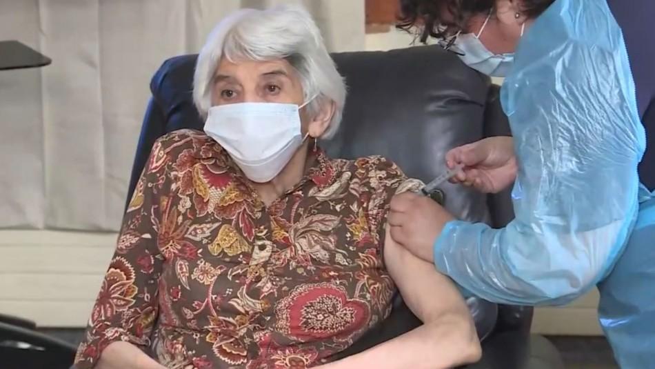 Coronavirus: mujer de 79 años fue la primera adulta mayor vacunada en Chile