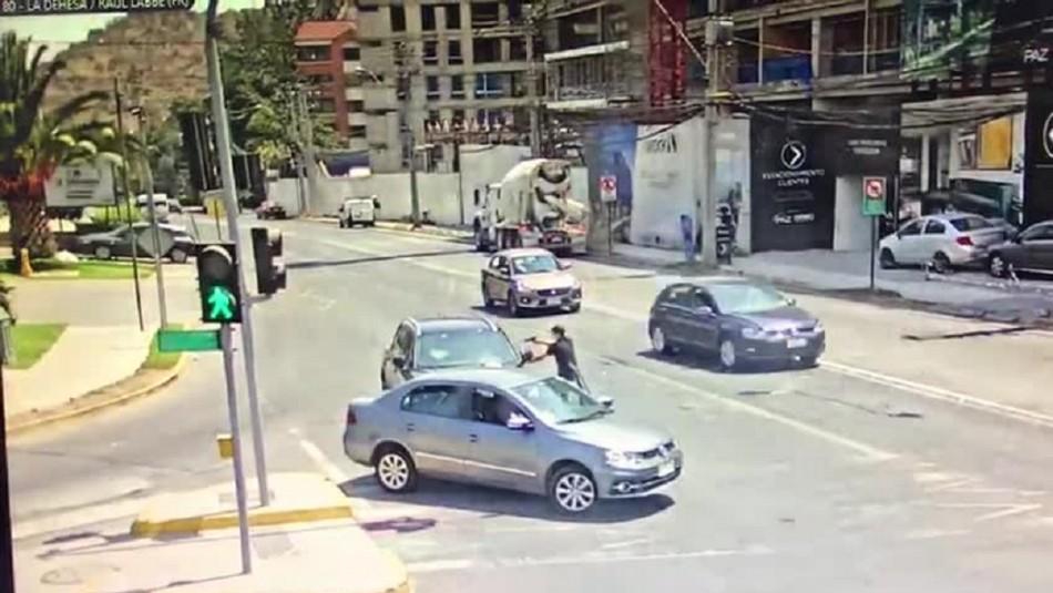 [VIDEO] Huía en auto robado, amenazó a mujer para cambiar de vehículo y terminó detenido