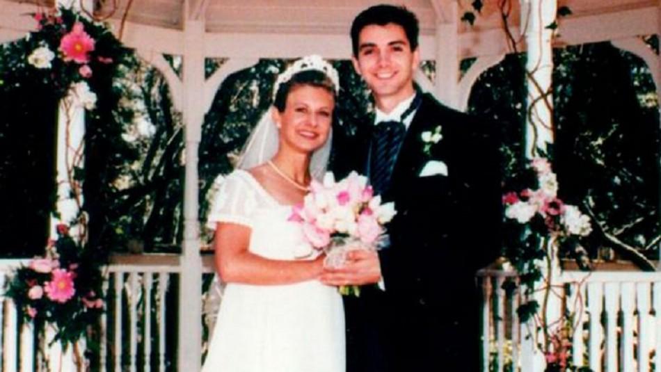 Envenenó a su esposo y lo cubrió con pétalos de rosa para simular un suicidio
