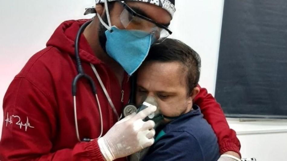 Enfermero abraza a paciente con Sindrome de Down y contagiado de coronavirus: Necesitaba oxígeno