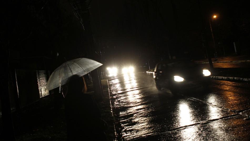 Reportan cortes de luz en diversas comunas de Santiago debido al sistema frontal