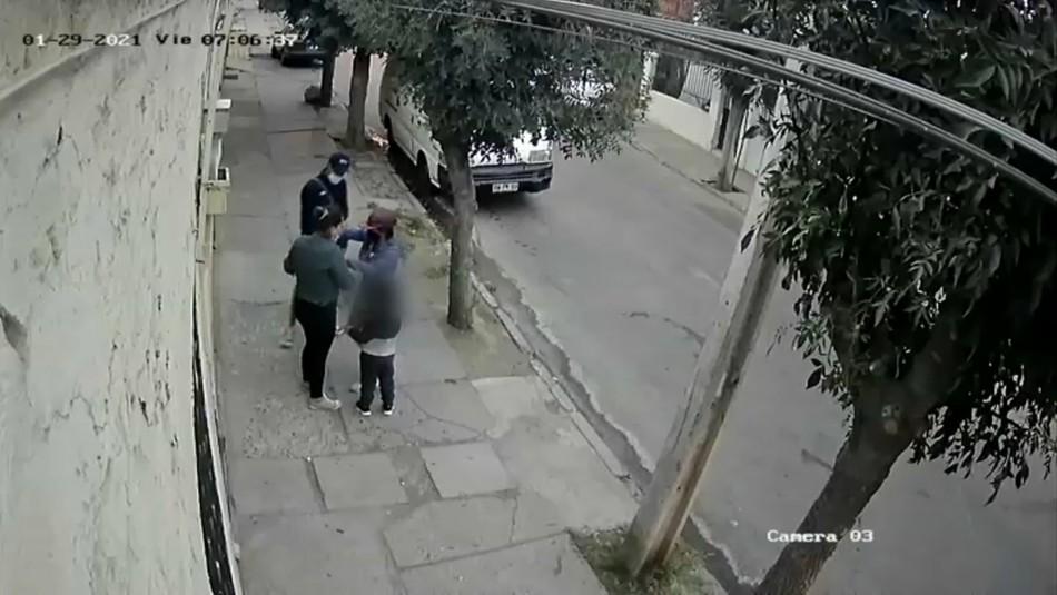 Cámaras captan asalto a una madre y su hijo a plena luz del día en Lo Prado