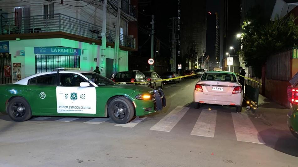 Vecinos desnudan y detienen a menor de edad que intentó robar un vehículo en Estación Central