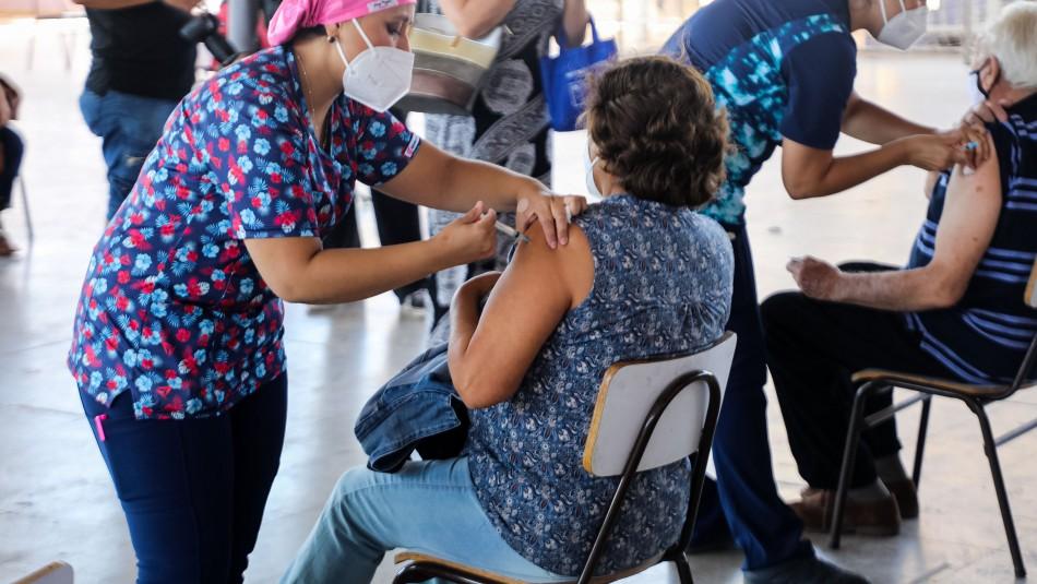 Vacunación en Chile: Más de 128 mil personas han recibido la primera dosis y el 66% son mujeres
