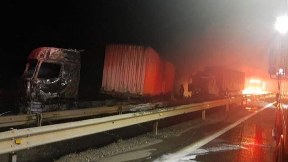 Nuevo ataque incendiario en La Araucanía: Cuatro camiones resultaron quemados