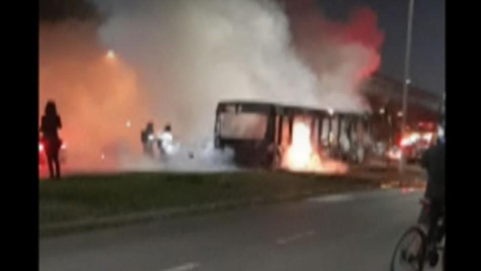Queman bus del Transantiago en medio de manifestaciones en Puente Alto