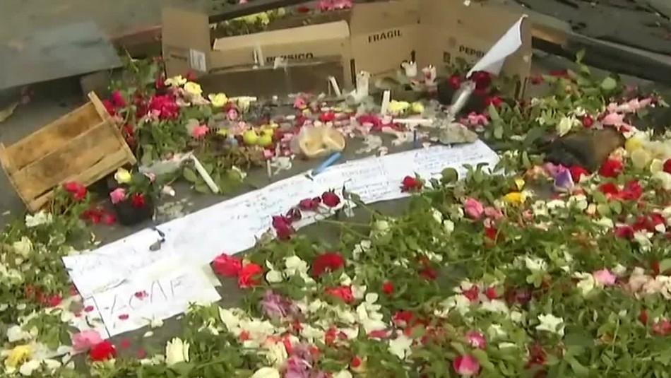 Flores y mensajes: Improvisan homenaje a joven malabarista en lugar exacto en que murió