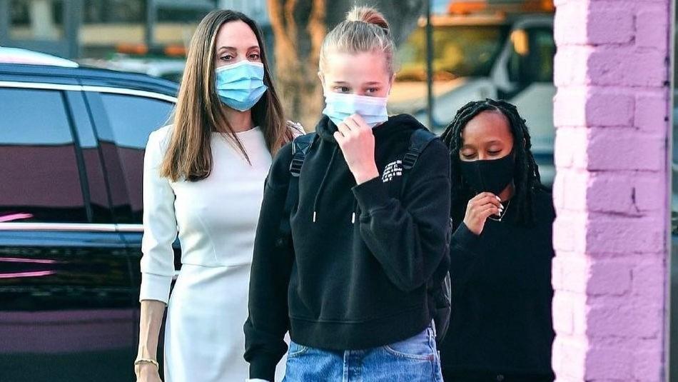 Shiloh, la hija de Angelina Jolie, sorprende con pantalones negros rasgados al salir de compras